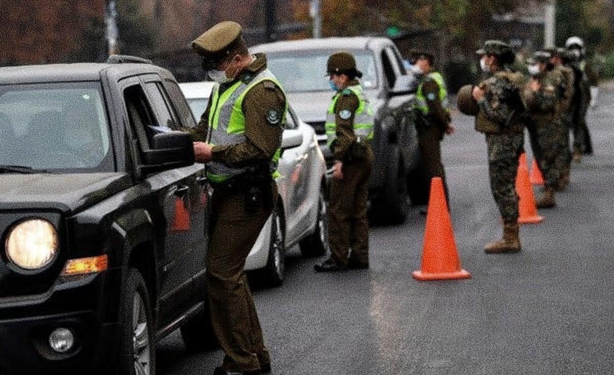 Oficiales con tapaboca revisando vehículos - Estás leyendo iF Revista Libertaria - Cuestiona Todo