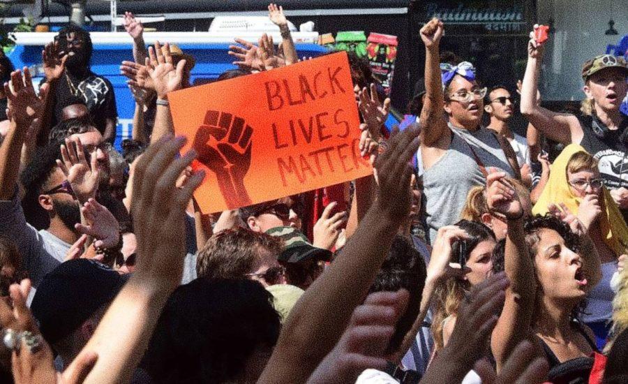 Una foto de una protesta del grupo marxista black lives matter - Estas leyendo iF Revista Libertaria Cuestiona Todo