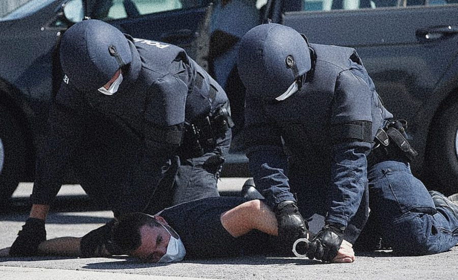 Oficiales de policía arrestando a ciudadano en medio de la pandemia - Estas leyendo iF Revista Libertaria - Cuestiona Todo