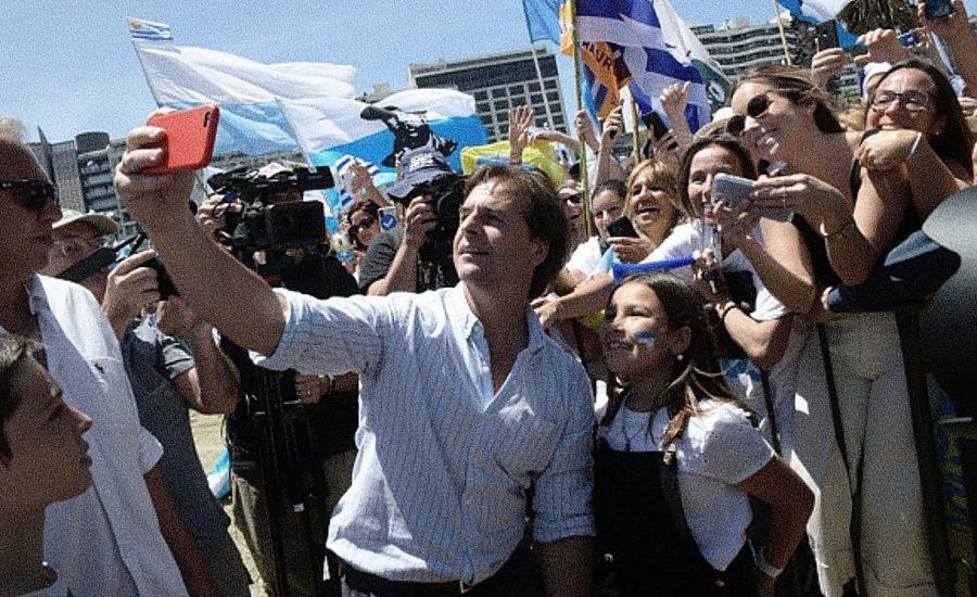 Foto del presidente de Uruguay Lacalle Poe tomándose una selfie con seguidores - Estás leyendo iF Revista Libertaria - Cuestiona Todo