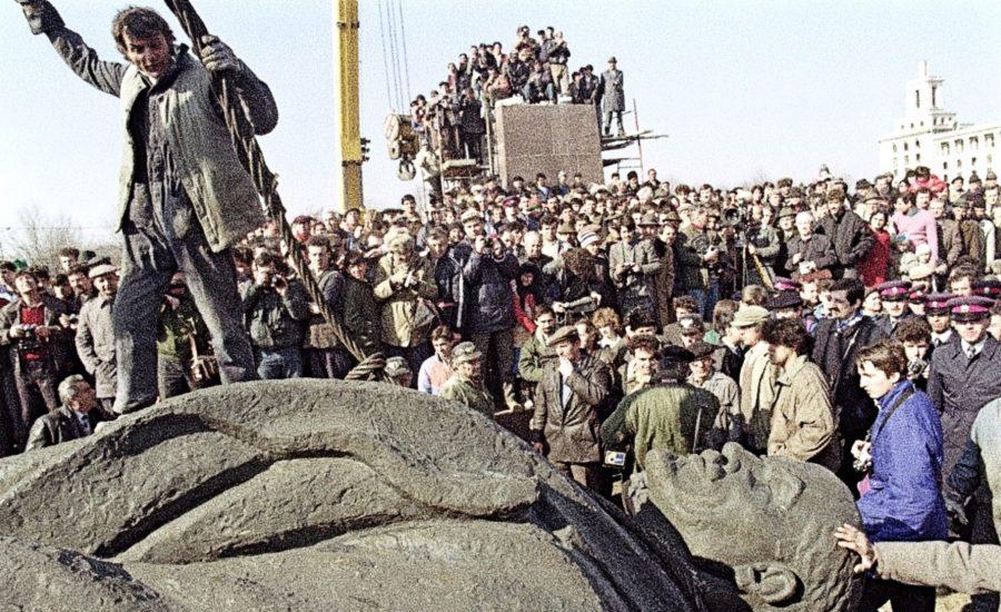 Derrumban estatua de Lenin - estas leyendo iF Revista Libertaria Cuestiona Todo